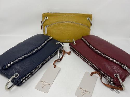 Kleinere Umhängetasche bestehend aus zwei separaten Taschen in dunkelblau, gelb und rubino 89.90