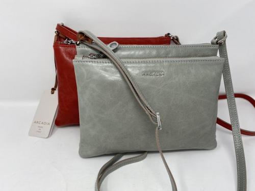 Kleinere Umhängetasche in grau und rot, 119.90
