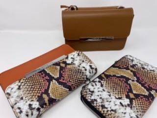 Kleine Lederumhängetasche mit abknöpfbarem Portemonnaie in orange mit snakeprint 139.90