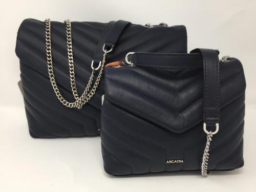 In dunkelblau gibt es die kleinere und die größere Umschlagtasche mit Steppung, 115.- oder 119.90