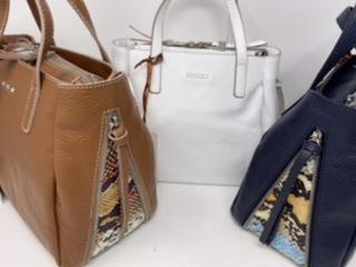 Kleinere Leder Handtasche in weiß, dunkelblau und cognac 179.-